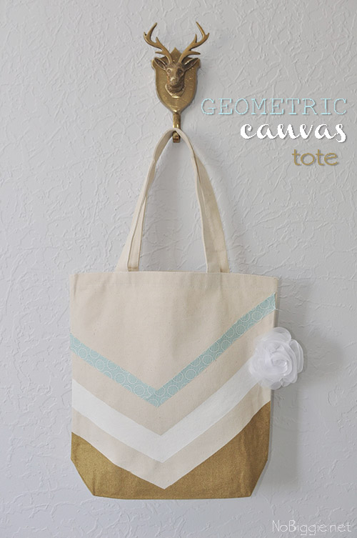 Geometric Canvas Tote - a fun tote bag that you can make to carry all your summer essentials or to give as a gift. #summerbags #canvasbags #diy #totebags #geometrictotebag