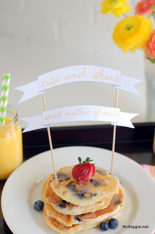 Mother\'s Day breakfast in bed printable banner - show your mom some love with this adorable banner with her breakfast. #mothersday #mothersdaybanner #breakfastinbed #motherdaybreakfast #breakfastideas