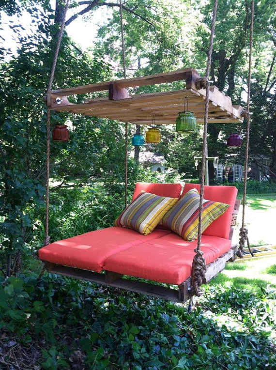 Pallet Lounger | 25+ garden pallet projects