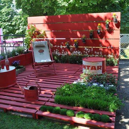 Pallet deck | 25+ garden pallet projects