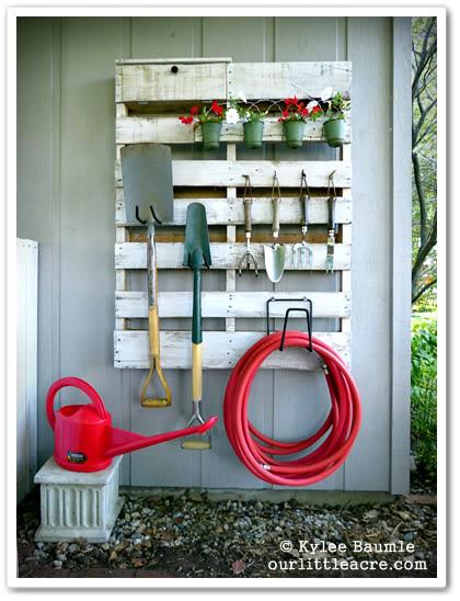 The Garden Pallet Organizer | 25+ garden pallet projects