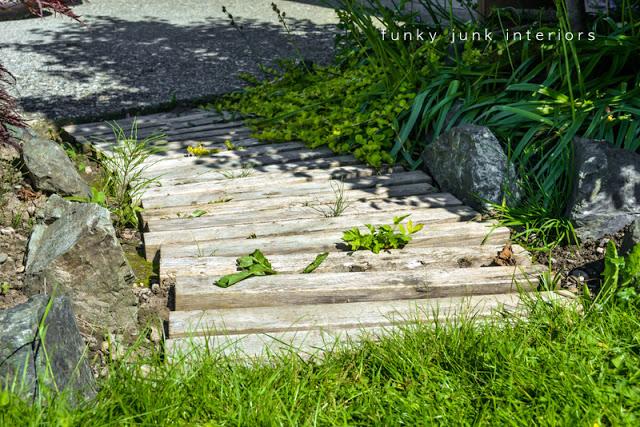 wooden pallet walkway | 25+ garden pallet projects