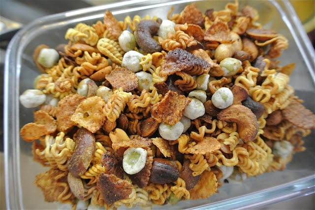 Crunchy Ramen Snack Mix   25+ Ramen Noodle Recipes
