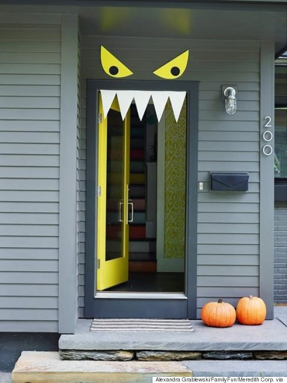 Halloween door with eyes | 25 Halloween Decor Ideas