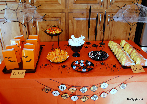 Halloween candy table | 25+ Halloween party decor ideas