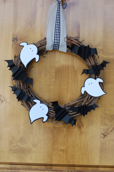 Make a spooky Halloween wreath | 25+ Halloween party decor ideas