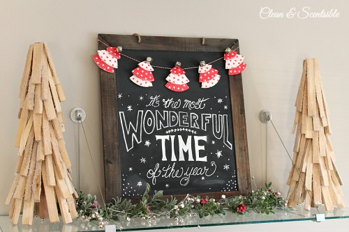 Christmas chalkboard | 25+ easy DIY Christmas decor | NoBiggie.net
