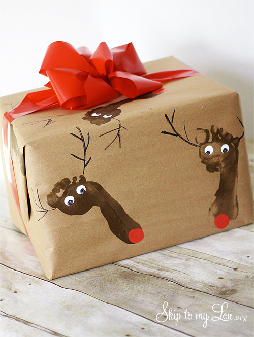 Foot print reindeer wrap | 30+ Christmas Wrapping Ideas