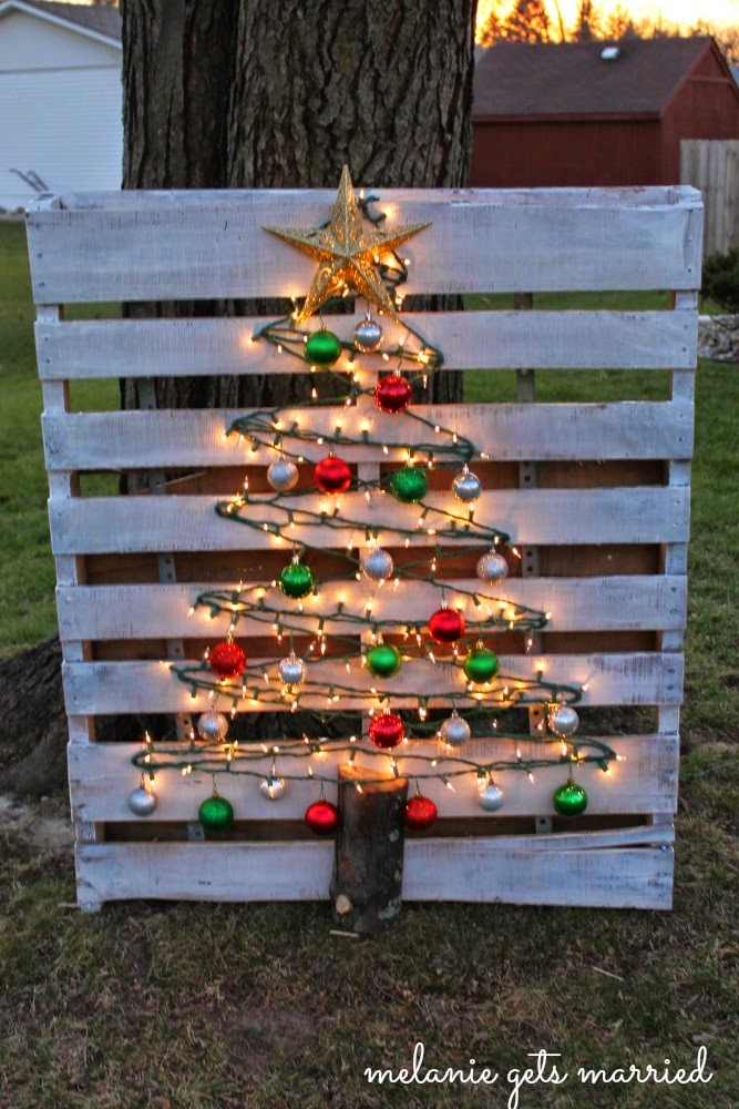 Wood pallet Christmas tree | 25+ easy DIY Christmas decor | NoBiggie.net
