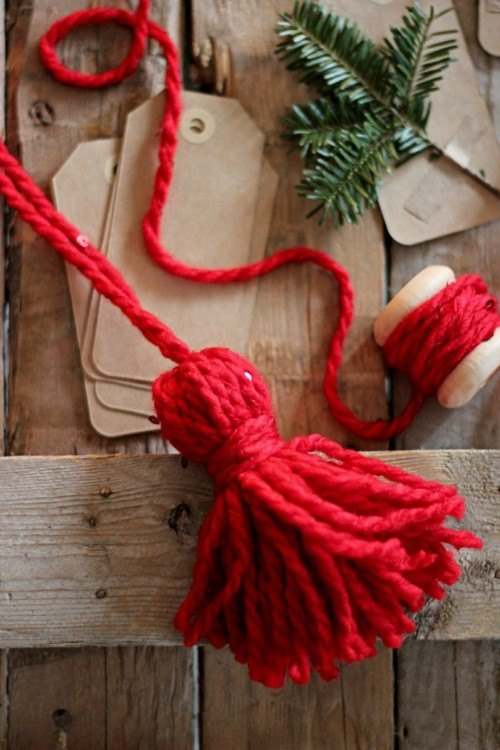 DIY Yarn tassel | 30+ Christmas Wrapping Ideas
