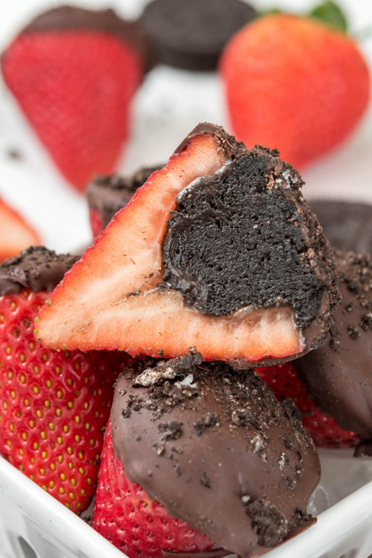 Oreo Truffle Dipped Strawberries | 25+ Oreo Recipes