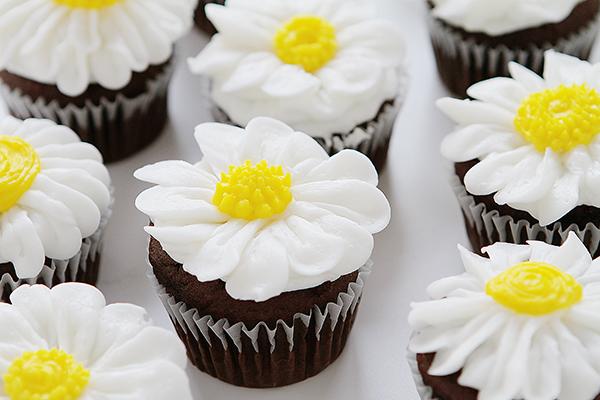 http://www.nobiggie.net/wp-content/uploads/2016/06/Buttercream-Daisy-Cupcakes.jpg