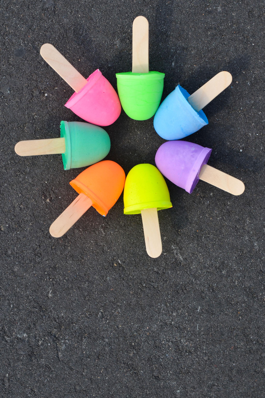 Sidewalk Chalk Pops | 25+ MORE Summer Crafts for Kids
