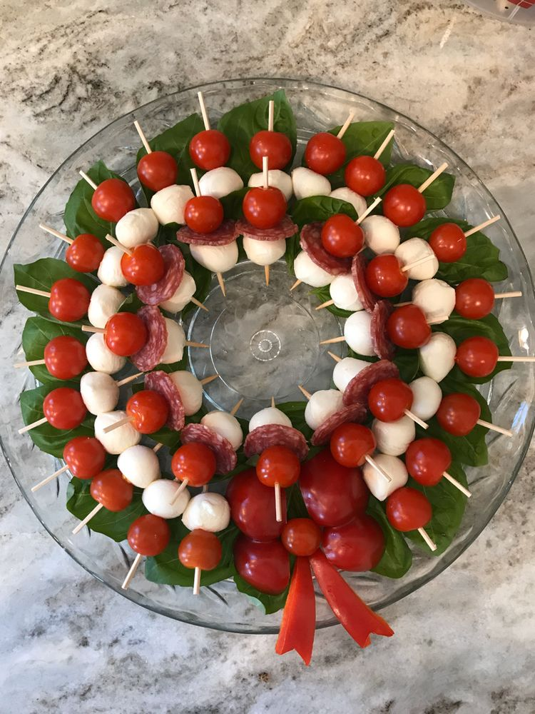caprese wreath with bell pepper bow