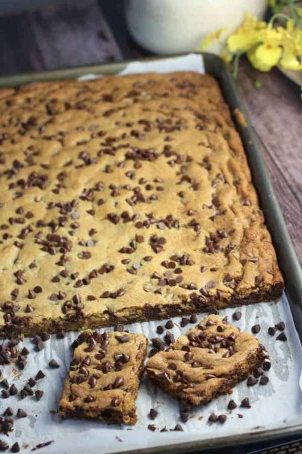 Chocolate Chip Cookie Bars | 25+ Desserts to feed a crowd