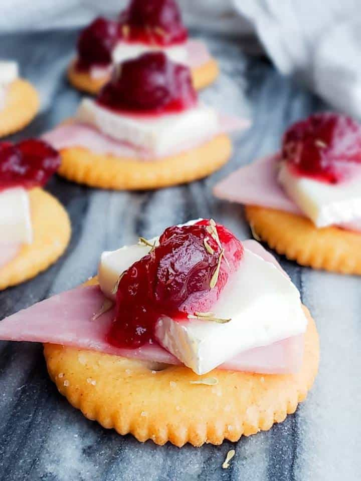Ritz Bites with ham, brie and cranberries | 25+ MORE Easy No Cook Appetizers